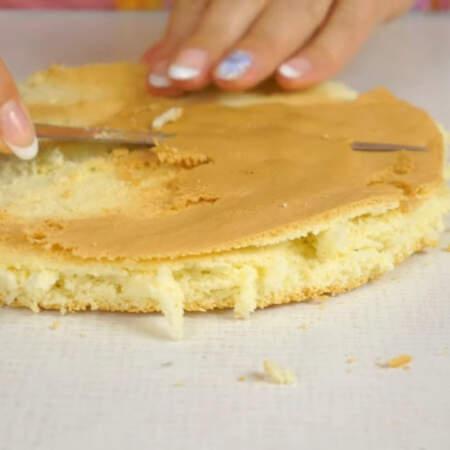 Также у бисквита срезаем верхнюю корочку.