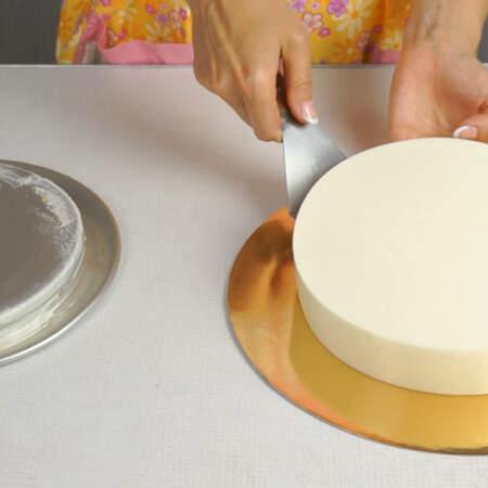 Торт переставляем на подставку.