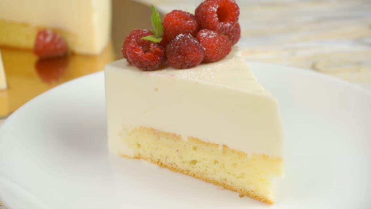 Вот такой простой и невероятно вкусный получился торт с йогуртовым суфле. Украсить такой торт можно абсолютно любыми ягодами, которые вам нравятся.