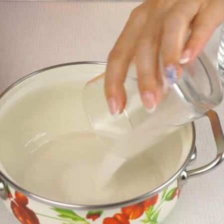 Для пропитки бисквита готовим сироп. Смешиваем 25 г воды и 25 г сахара.