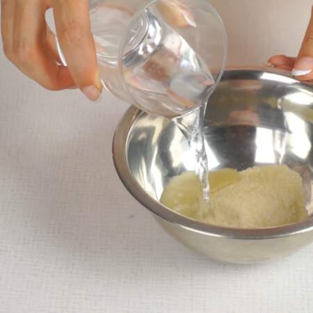 Теперь займемся приготовлением суфле. Желатин заливаем холодной кипяченой водой,