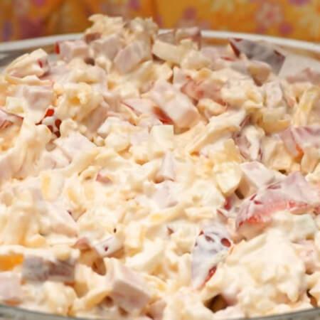 Прошло 40 минут, картофель почти готов. Сверху горячего картофеля выкладываем подготовленную сырно-мясную шубу.