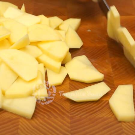 800 г очищенного картофеля нарезаем полукружочками.
