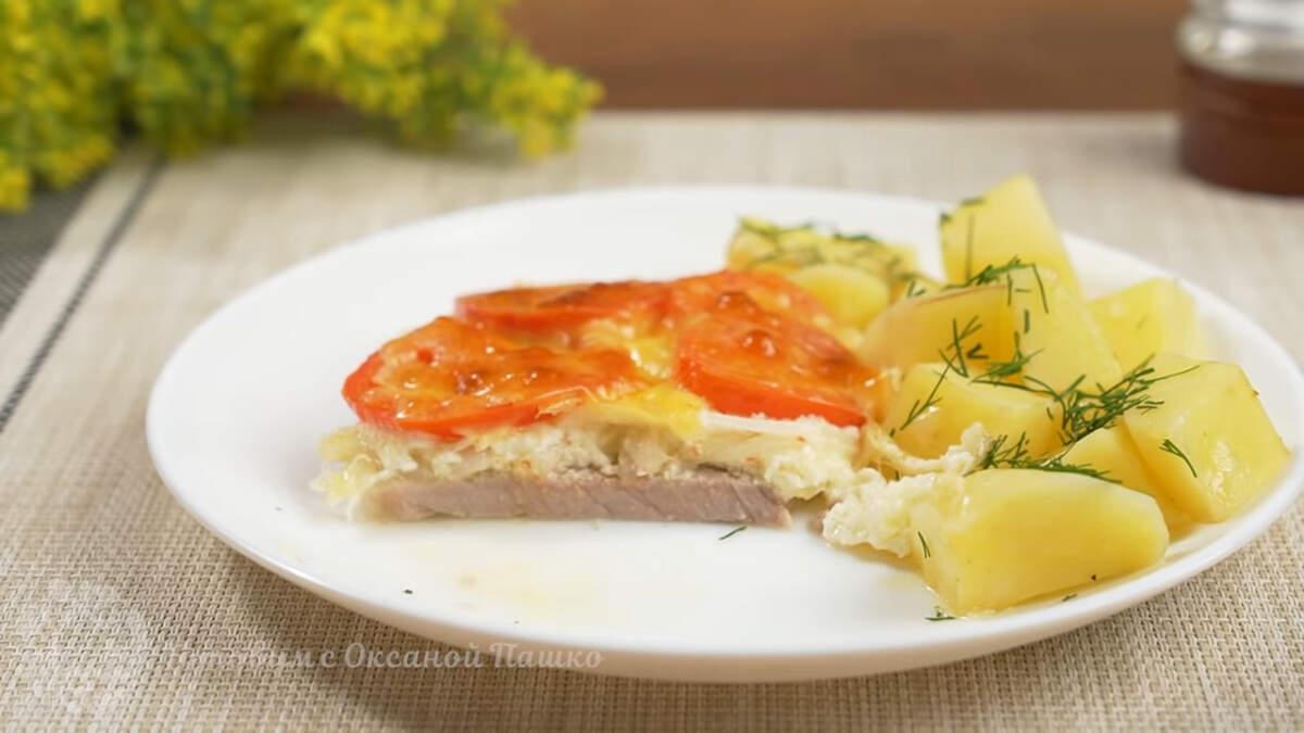 Отбивные с овощами в духовке получились очень вкусными, ароматными и сытными. Это блюдо отлично подходит для обеда или ужина. Также оно хорошо смотрится и на праздничном столе.
