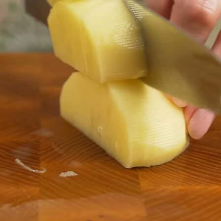 1 кг уже очищенного картофеля разрезаем на более мелкие куски.
