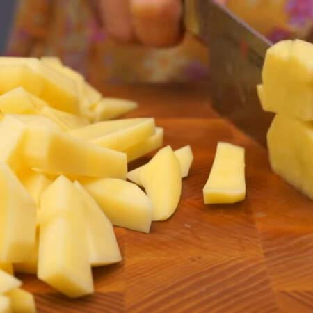 Сначала подготовим все ингредиенты. 1,5 кг картошки нарезаем брусочками.