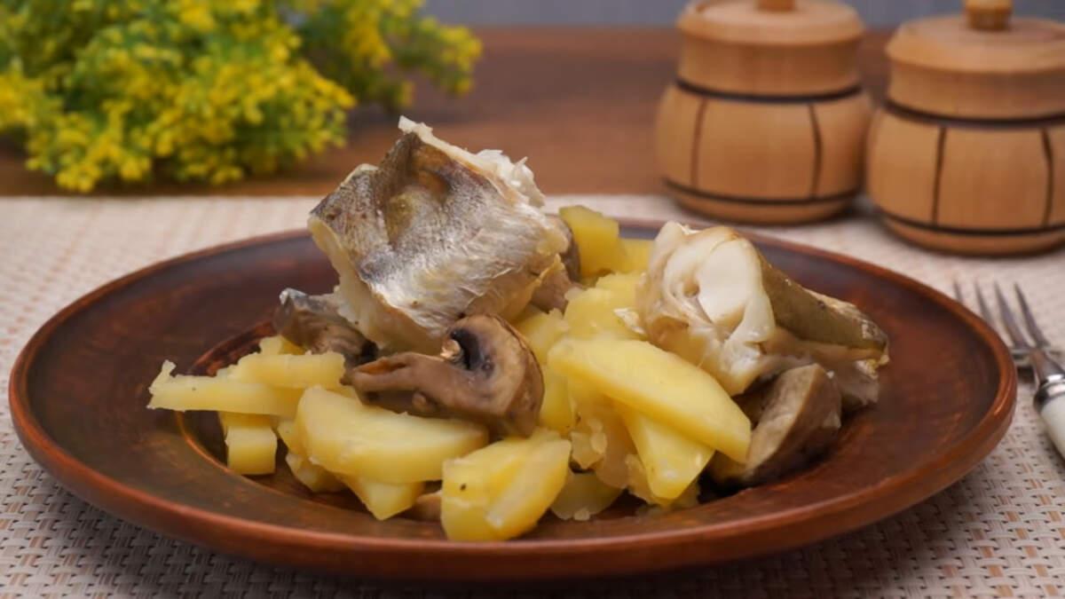 Готовое блюдо достаем из духовки. Аккуратно разрезаем сверху рукав для запекания, так как внутри очень горячий пар. Блюдо подаем на стол горячим. Картошка с рыбой в рукаве получилась ароматной, мягкой и очень вкусной. По желанию грибы можно не добавлять или запечь грибы с картошкой без рыбы. Такой вариант блюда отлично подходит для обеда или ужина всей семьей.