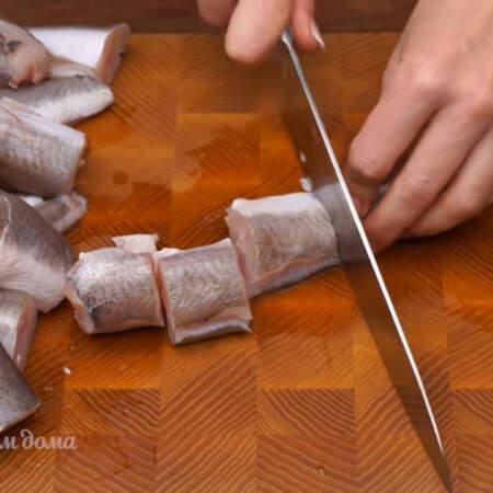 1 кг хека чистим от внутренностей, чешуи и вырезаем спинной и брюшной плавники. Рыбу нарезаем порционными кусками.