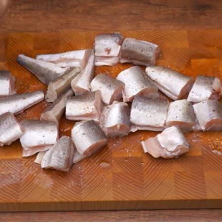 Вместо хека можно использовать любую другую рыбу или рыбное филе. Рыбу солим по вкусу, перчим и поливаем лимонным соком. Приправы равномерно распределяем руками.