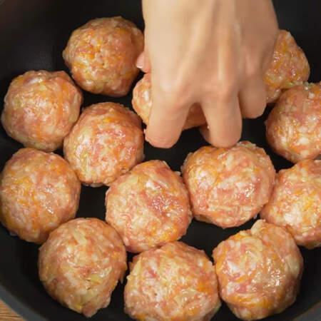 Все подготовленные мясные шарики выкладываем на холодную сковороду. Я взяла глубокую сковороду диаметром 26 см.