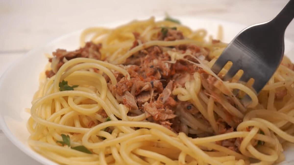 Макароны с тунцом получились ароматные и очень вкусные. Это слегка необычное блюдо разнообразит ваш повседневный рацион.