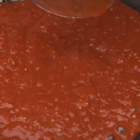 Наливаем 250 мл тертых на мелкой терке консервированных или свежих томатов.