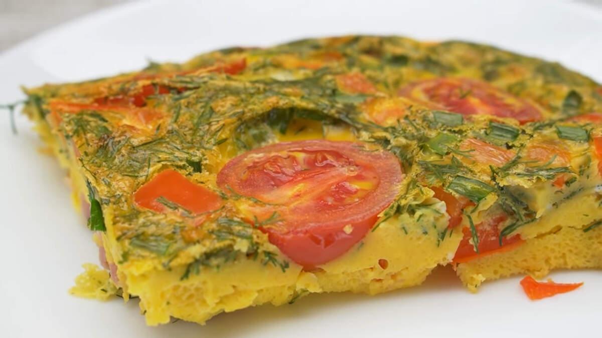 Готовый завтрак разрезаем на порционные куски и подаем на стол. Завтрак с яйцами и овощами получился очень вкусным, сытным и ароматным за счет зелени и овощей. Готовится он просто и получается всегда. Такое блюдо отлично подходит, если нужно приготовить завтрак сразу на всю семью.
