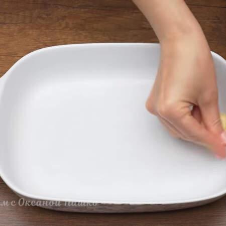 Форму для выпечки смазываем сливочным маслом. Размер моей формы 19 на 26 см.