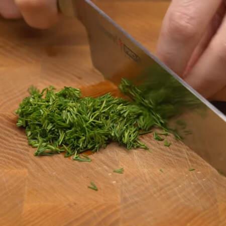 Небольшой пучок укропа мелко нарезаем ножом.