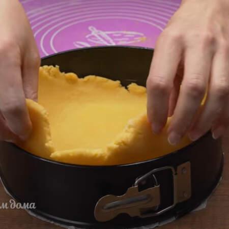 Тесто раскатываем в круг, немного больший чем диаметр формы для выпечки. Раскатанное тесто перекладываем в форму, дно которой застелено пергаментной бумагой.
