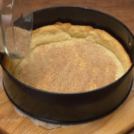 Основа уже испеклась, вынимаем ее из духовки. На дно основы насыпаем примерно 2 ст. л. панировочных сухарей.