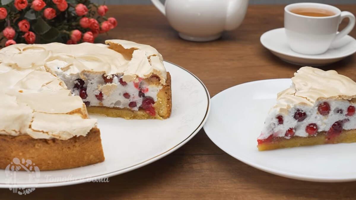 Пирог с безе и клюквой получился очень вкусным и красивым. Сладкое облачко из безе в котором разрываются кислые ягоды клюквы, это просто непередаваемая феерия вкуса. Обязательно приготовьте такой пирог, это очень вкусно. По желанию ягоды клюквы можно заменить другими ягодами.