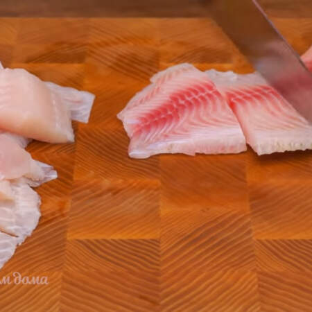 500 г филе тилапии моем и обсушиваем бумажными полотенцами. Филе нарезаем порционными кусками. Вместо тилапии можно использовать и другую рыбу, например морского языка, палтуса, пангасиуса или горбушу.