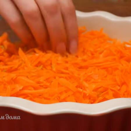 На лук высыпаем тертую морковь.