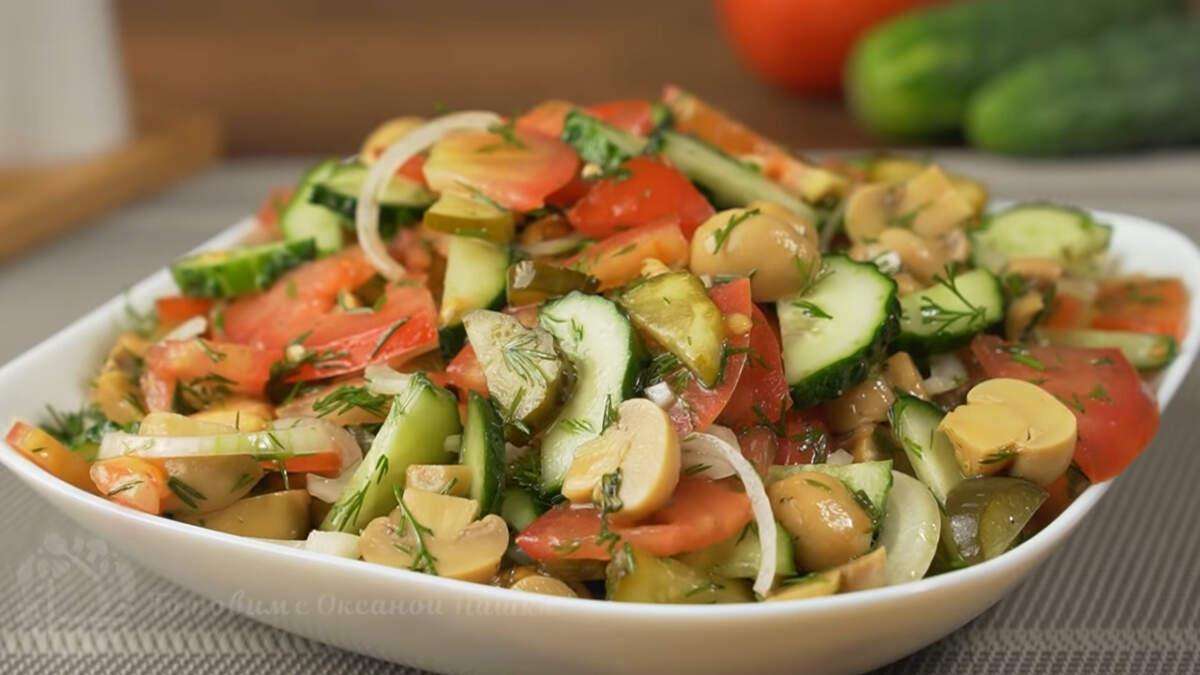 Салат Находка получился очень вкусным и сочным. Он слегка пикантный за счет маринованных грибов и соленых огурцов, которые придают салату особый вкус. Приготовьте такой салат, внесите разнообразие в свой каждодневный рацион.