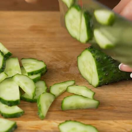 Сначала подготовим все ингредиенты. 2 свежих огурца разрезаем сначала пополам и нарезаем их получкужочками.
