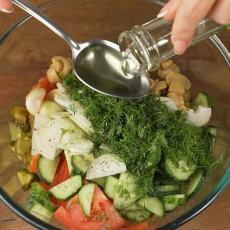 В большую миску насыпаем нарезанные соленые огурцы, помидоры, свежие огурцы,  грибы, лук и измельченный укроп. Салат перчим черным молотым перцем, по желанию салат можно немного посолить, но не забывайте что огурцы и грибы уже соленые. Все заправляем 2 ст.л. растительного масла