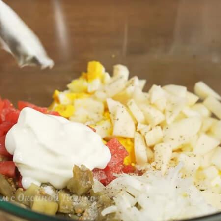В миску кладем нарезанные баклажаны, помидоры, яйца, подготовленное яблоко и маринованный лук. Салат солим по вкусу и перчим черным молотым перцем. Заправляем салат густым несладким йогуртом.