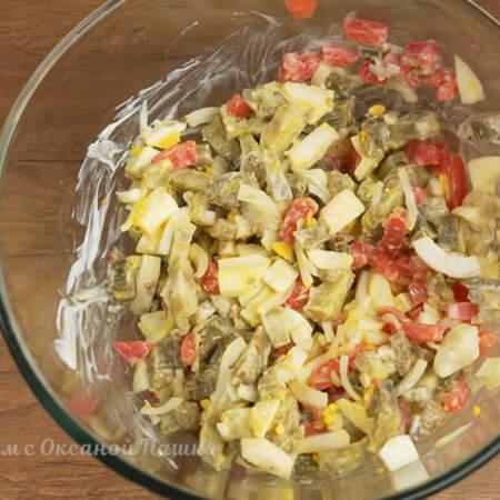 Все перемешиваем. Также салат можно заправить майонезом или сметаной. Салат готов, можно подавать на стол.
