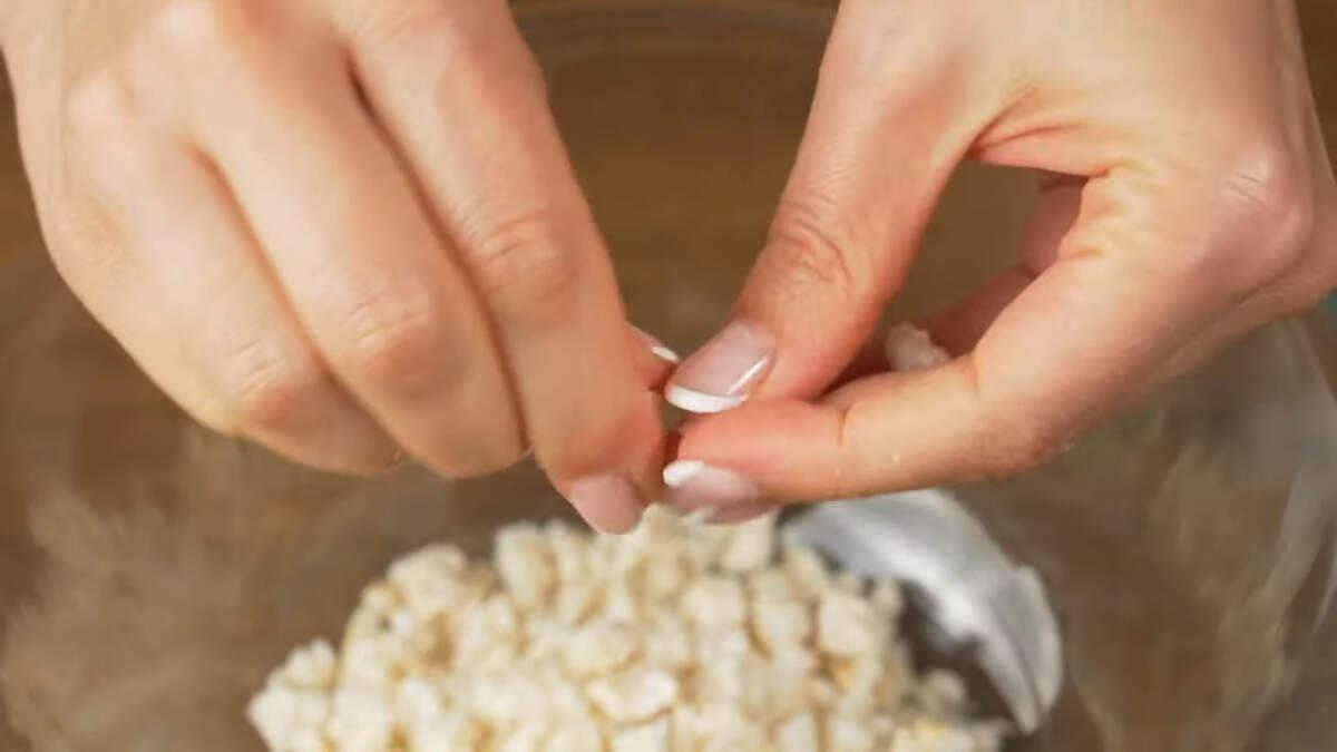 Берем 80 г рисовых хле́бцов и ломаем их руками на мелкие кусочки. Вместо рисовых хле́бцев можно взять воздушный рис.