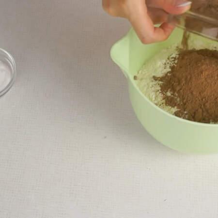 Сначала займемся выпечкой шоколадного бисквита. В одну миску высыпаем все сухие ингредиенты: сахар, муку, какао, соду и разрыхлитель для теста.