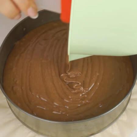 Тесто выливаем в форму для выпечки, дно которой застелено пергаментной бумагой. Диаметр формы 21 см.
