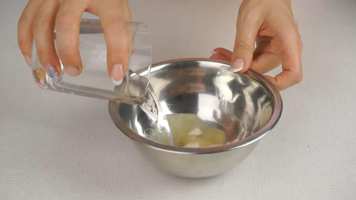 Теперь займемся приготовлением крема. Желатин заливаем водой, перемешиваем и оставляем набухать.