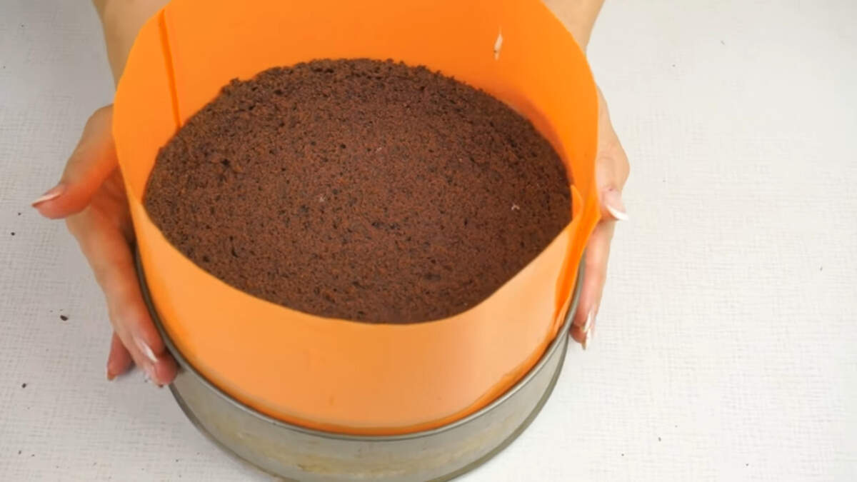 Накрываем третим коржом. Торт накрываем пищевой пленкой и ставим в холодильник минимум на 6-8 часов.