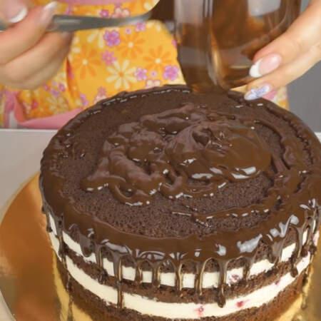 Оставшуюся глазурь выливаем сверху и распределяем по торту.
