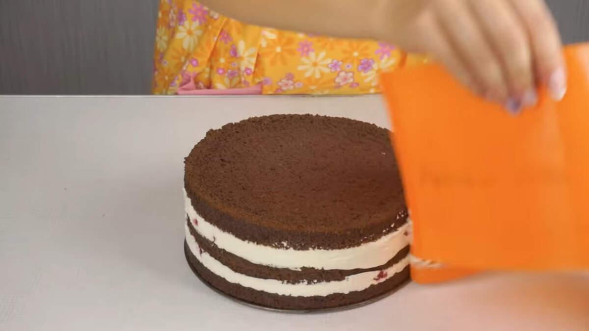 Остывший торт вынимаем из формы и переставляем его на подставку.