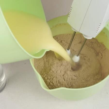 В сухую смесь вливаем содержимое второй миски, перемешивая миксером.