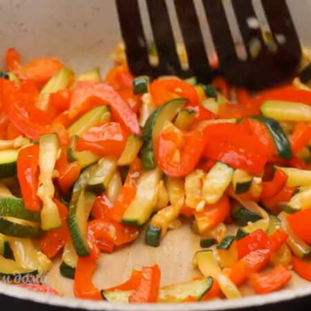 Все обжариваем периодически перемешивая примерно 8 минут, до готовности овощей.