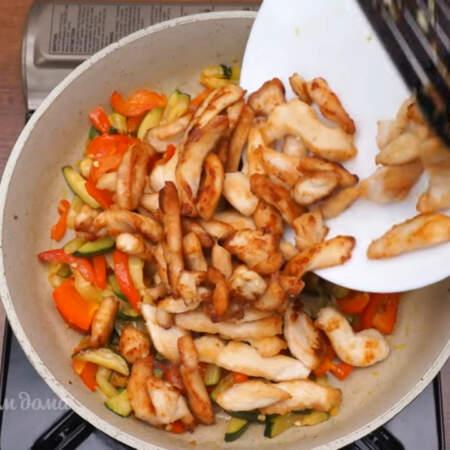 К готовым овощам добавляем обжаренные кусочки куриного филе, перемешиваем.
