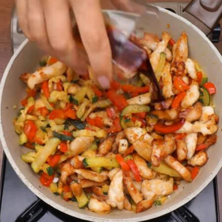 Все солим по вкусу, перчим, наливаем 2 ст.л. соевого соуса и 1 ст.л. яблочного уксуса. Все перемешиваем и готовим еще 2-3 минуты, чтобы распределились вкусы. Снимаем с огня.