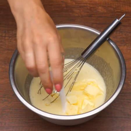 В получившуюся смесь добавляем 115 г меда, 80 г сливочного масла и 2 ч. л. соды.