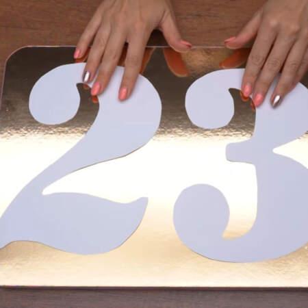 Пока настаивается тесто, вырезаем из бумаги цифры 2 и 3 по размеру подставки для торта. Подставку для торта я взяла размером 30 на 40 см.