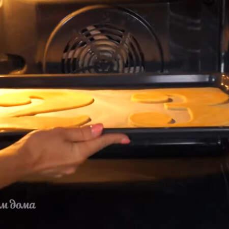 Тесто ставим в разогретую духовку до 180 градусов. Выпекаем приблизительно 7-10 минут.