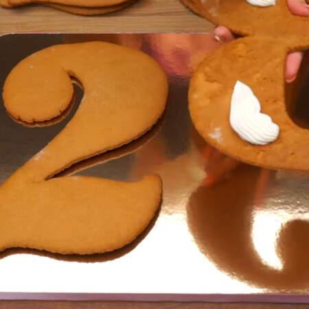 На уже остывшие коржи снизу наносим крем, для того, чтобы торт не скользил по подставке.