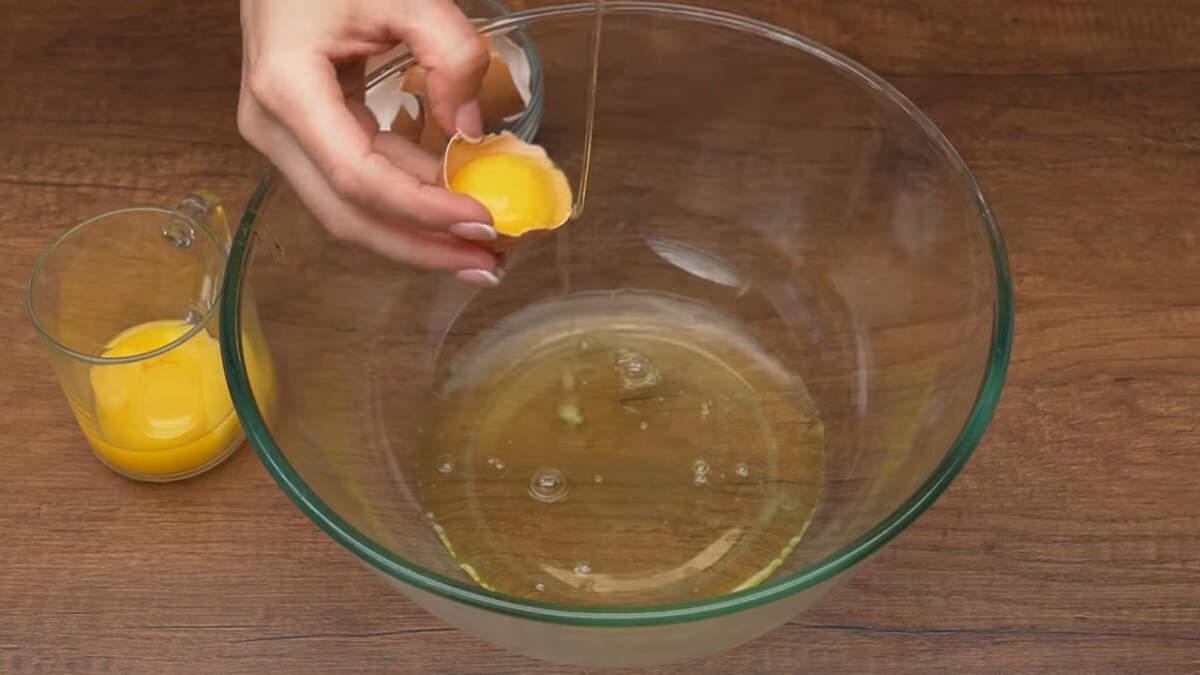 Сначала приготовим бисквит. 4 яйца разделяем на желток и белок. Белки выливаем в сухую чистую миску, а желтки - отдельно в стакан.