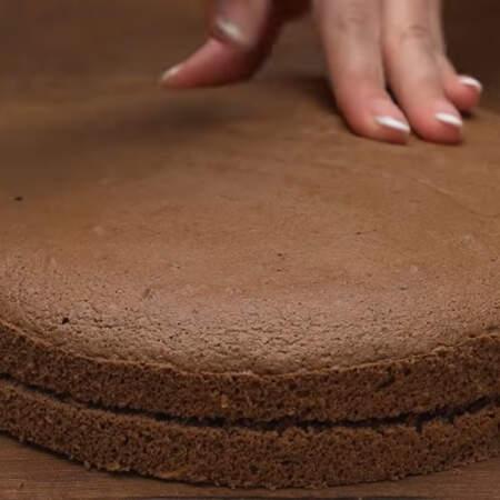 Испеченный и уже остывший бисквит вынимаем из формы. Разрезаем его на 2 примерно одинаковых коржа.
