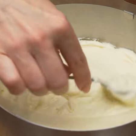 На корж выкладываем половину приготовленного заварного крема.