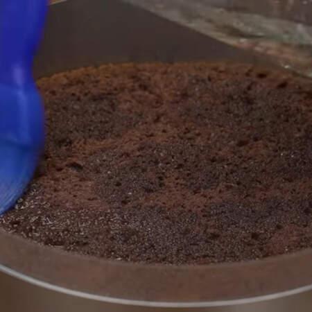 Накрываем вторым бисквитным коржом. Его тоже пропитываем сахарным сиропом.