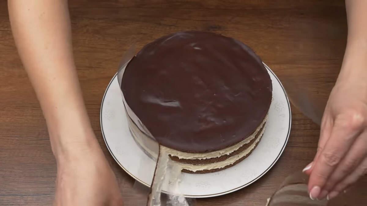 Застывший торт вынимаем из холодильника, снимаем кольцо. Переставляем торт на большую плоскую тарелку и снимаем ацетатную пленку. Торт готов, можно подавать на стол.