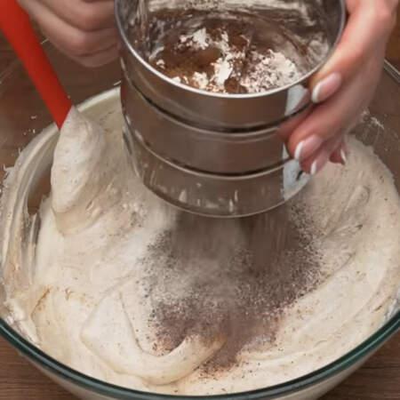 В сито насыпаем 100 г муки и 2 ст л какао. Муку с какао просеиваем к яйцам в 2-3 подхода.